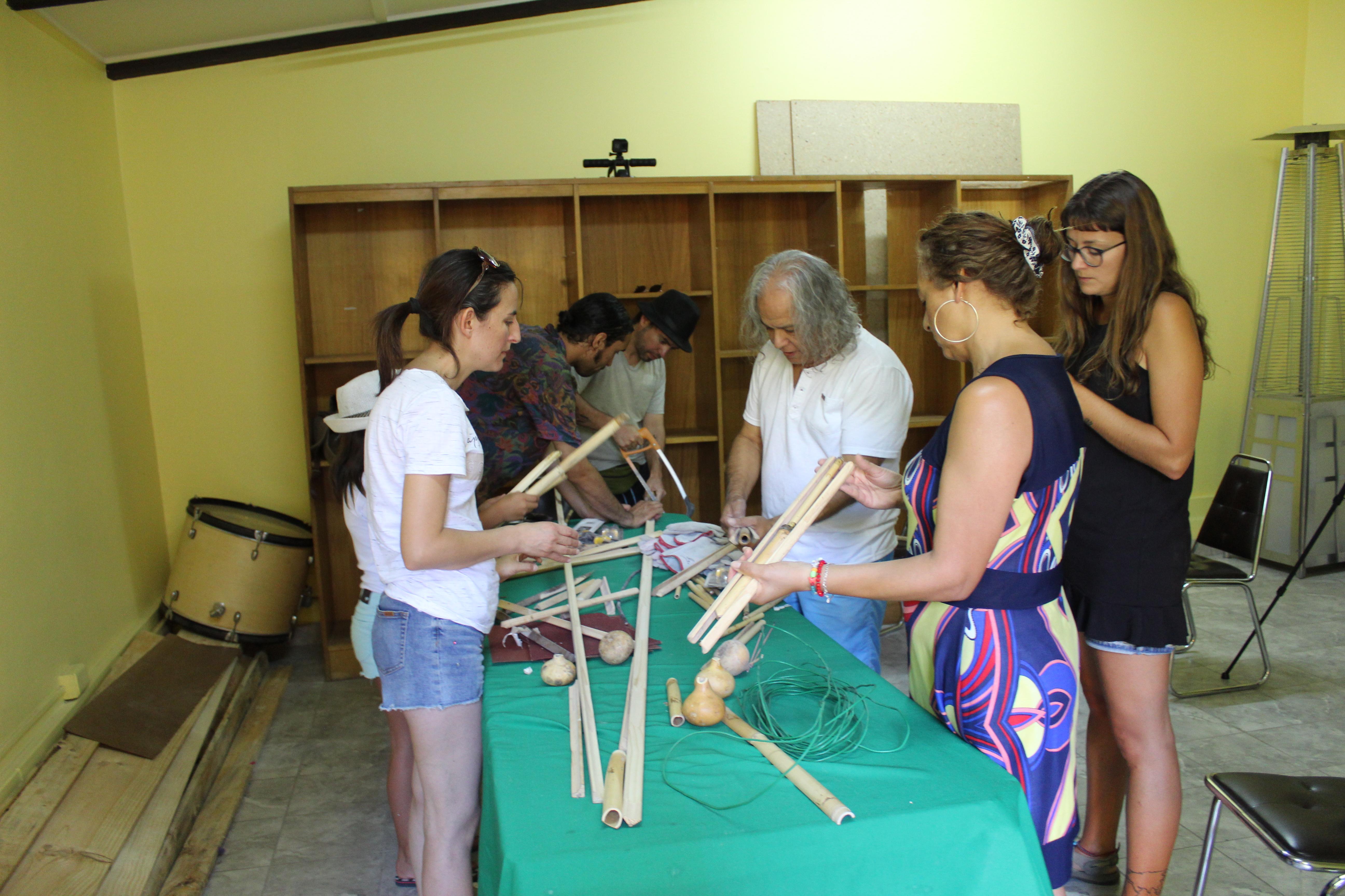 En Vicuña enseñan a construir instrumentos musicales de la cultura diaguita