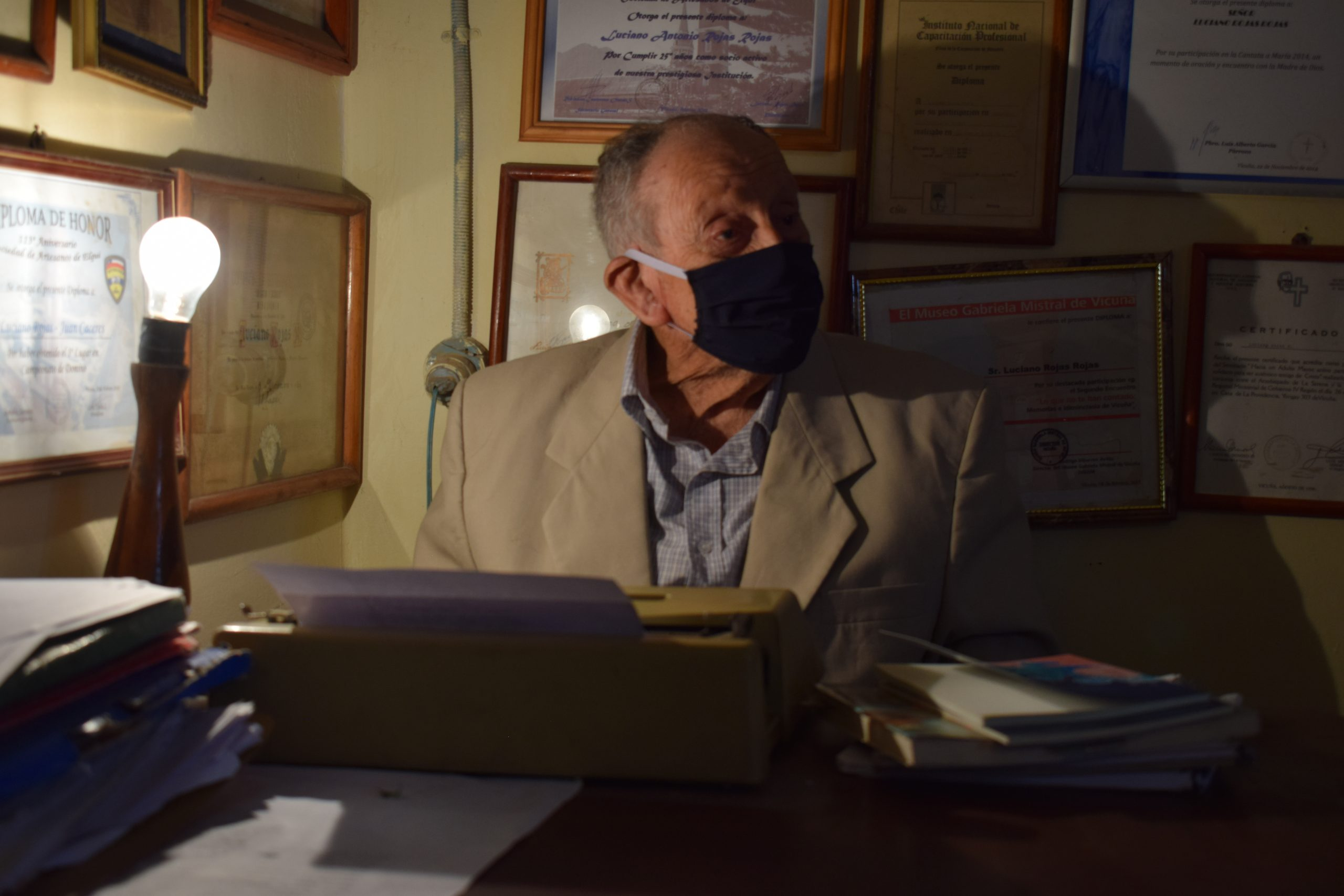 """Luciano Rojas recibe la primera edición de su libro """"Expresiones del Alma Elquina"""""""
